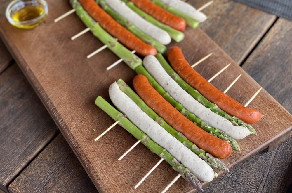 Spargel und Würstchen werden mit Holzspießen fixiert  bratwurstspieße-Bratwurstspiesse gruener Spargel 02-Bratwurstspieße mit grünem Spargel und Honig-Senf-Sauce bratwurstspieße-Bratwurstspiesse gruener Spargel 02-Bratwurstspieße mit grünem Spargel und Honig-Senf-Sauce
