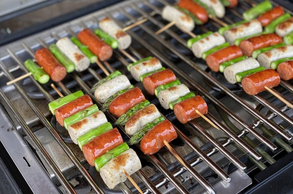 Die Bratwurst-Spargel-Spieße werden 5 Minuten je Seite gegrillt  bratwurstspieße-Bratwurstspiesse gruener Spargel 04-Bratwurstspieße mit grünem Spargel und Honig-Senf-Sauce bratwurstspieße-Bratwurstspiesse gruener Spargel 04-Bratwurstspieße mit grünem Spargel und Honig-Senf-Sauce