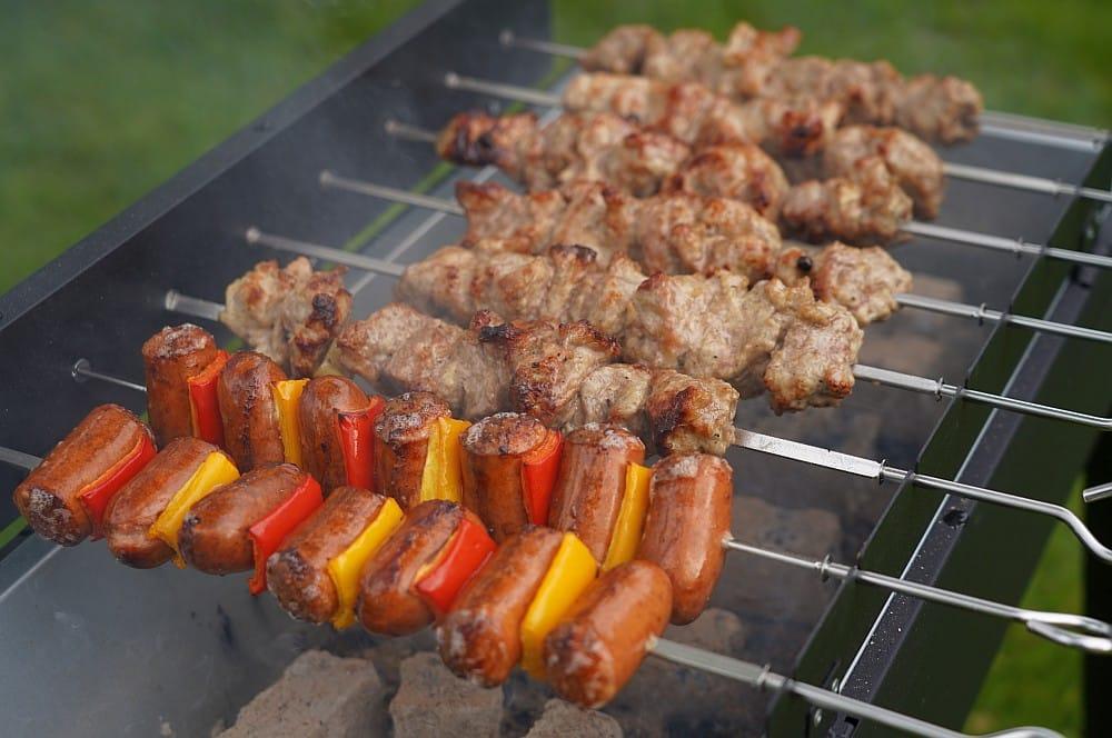 Bratwurst-Paprika-Spieße und Schaschlik auf dem ALDI Mangal-Grill aldi mangal-grill-ALDI Mangal Grill Schaschlikgrill 05-ALDI Mangal-Grill – Schaschlikgrill für 59,99€