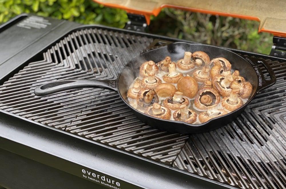 Die Champignons werden in einer gusseisernen Pfanne zubereitet bier-butter-champignons-Bier Butter Champignons 02-Bier-Butter-Champignons mit Kellerbier