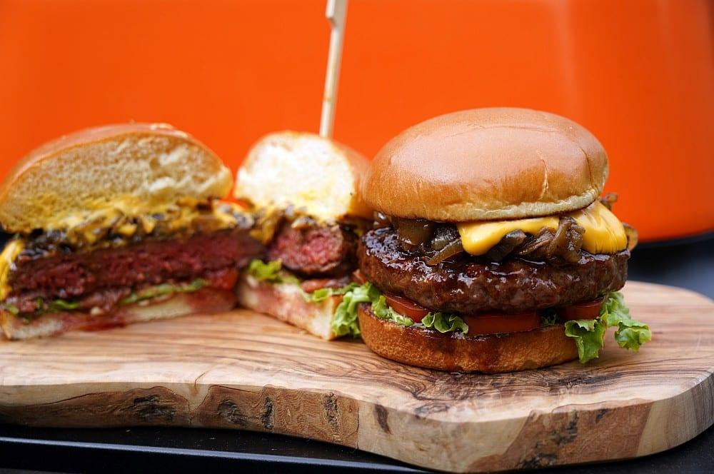 Bier-Burger mit Bierkäse und Bierzwiebeln bier-burger-Bier Burger Th Koenig Signature Burger 03-Bier-Burger mit Bierkäse und geschmorten Bierzwiebeln