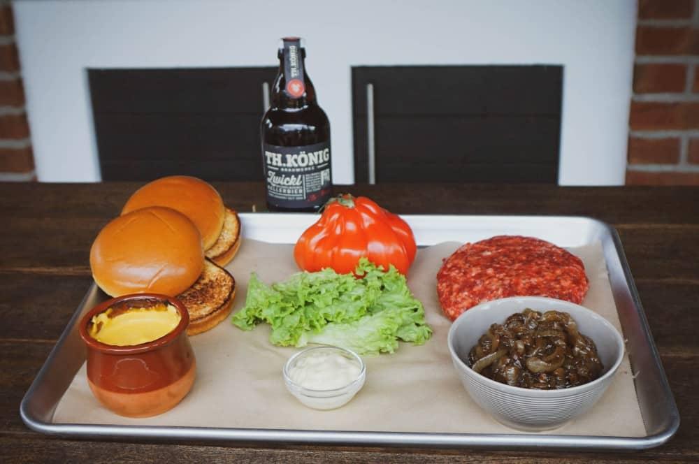 Alle Zutaten des Bier-Burgers auf einen Blick bier-burger-Bier Burger Th Koenig Signature Burger 04-Bier-Burger mit Bierkäse und geschmorten Bierzwiebeln