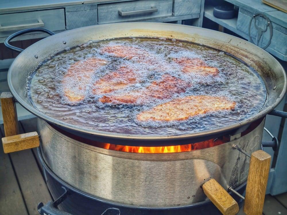 Schnitzel in der Pan'BBQ von Moesta-BBQ zigeunerschnitzel-Zigeunerschnitzel 01-Zigeunerschnitzel – Rezept für den Schnitzelklassiker mit Paprikasauce