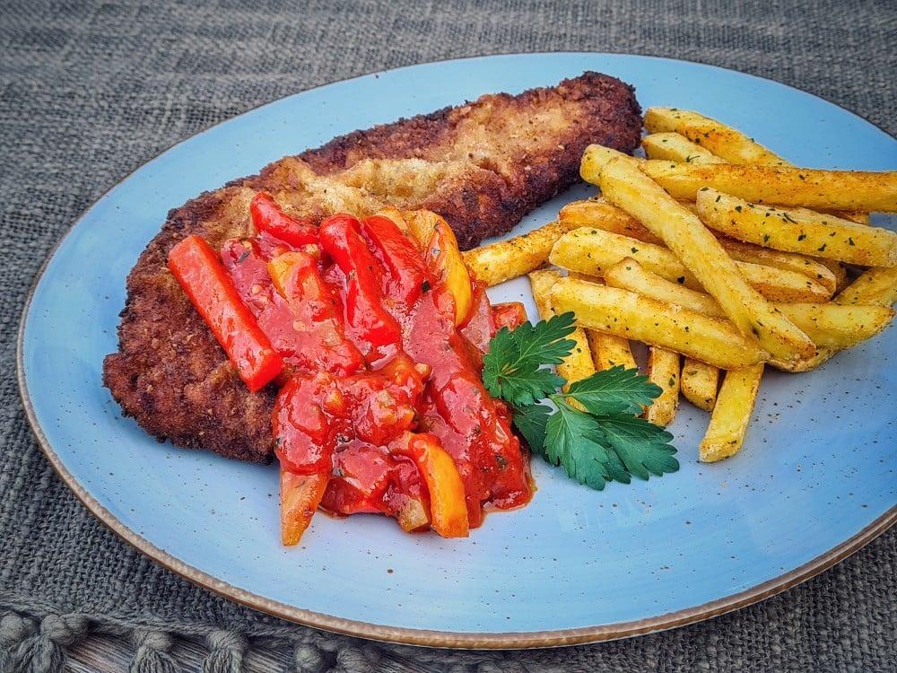 Zigeunerschnitzel mit Pommes  zigeunerschnitzel-Zigeunerschnitzel 02-Zigeunerschnitzel – Rezept für den Schnitzelklassiker mit Paprikasauce