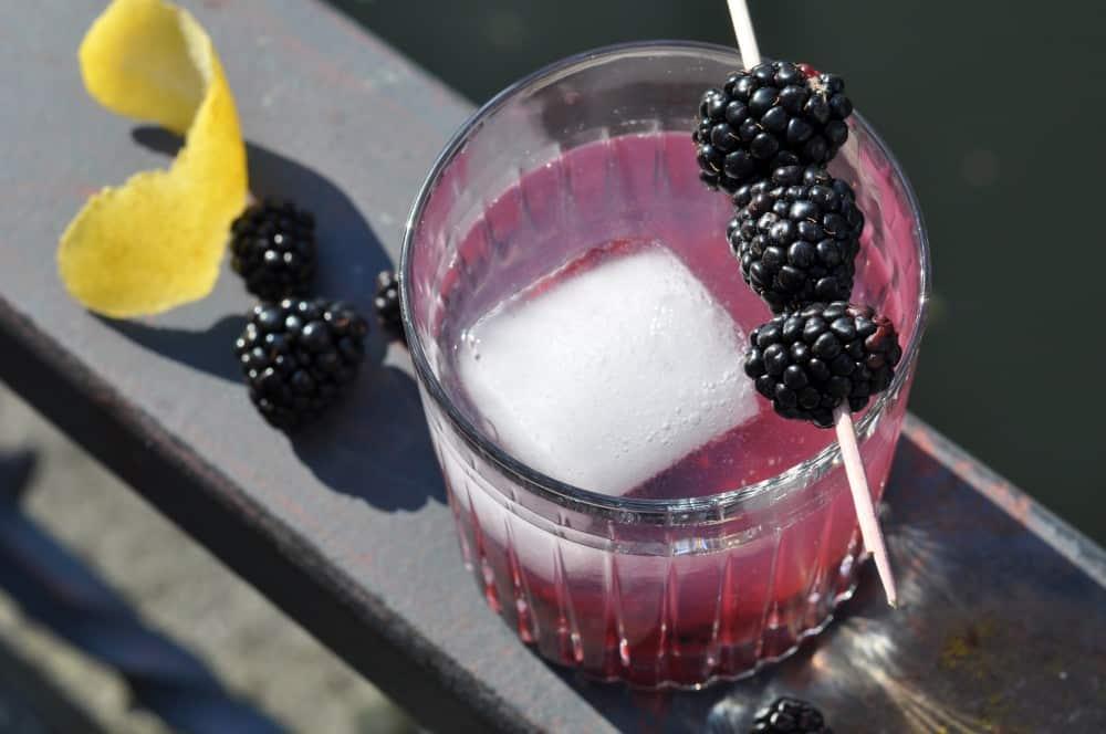 Bramble ist ein fruchtiger Gin-Cocktail mit Beeren bramble-Bramble 03-Bramble – Fruchtiger Cocktail mit Brombeeren bramble-Bramble 03-Bramble – Fruchtiger Cocktail mit Brombeeren