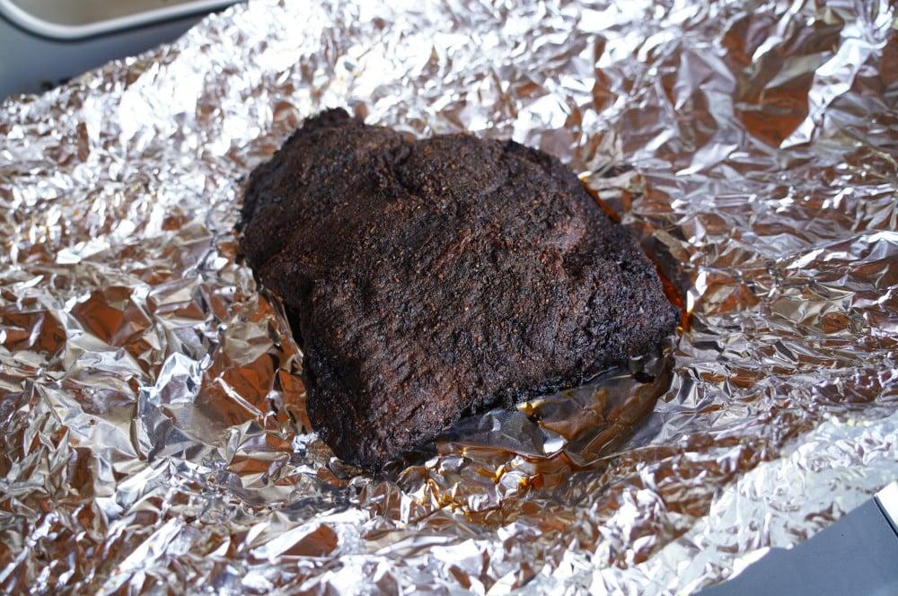 Das Beef Brisket vom Elektrogrill wird zum Ruhen in Alufolie gewickelt beef brisket vom elektrogrill-Beef Brisket vom Elektrogrill 05-Beef Brisket vom Elektrogrill
