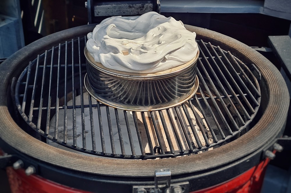 Der Eischnee wird bei 140°C indirekter Hitze gebacken pavlova-Pavlova 03-Pavlova mit frischen Beeren pavlova-Pavlova 03-Pavlova mit frischen Beeren