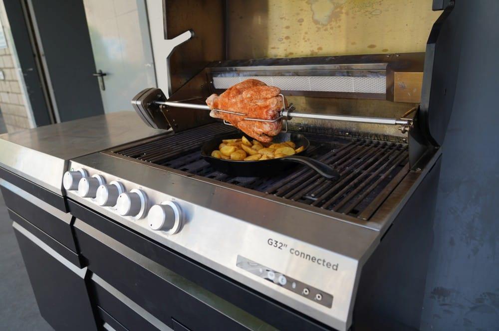 Das Hähnchen wird mit dem Heckbrenner des G32 zubereitet zitronen-knoblauch-hähnchen-Zitronen Knoblauch Haehnchen 03-Zitronen-Knoblauch-Hähnchen vom Drehspieß