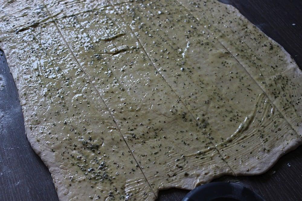 Der Teig wird mit Kräuterbutter bepinselt faltenbrot-Faltenbrot Kraeuterbutter 05-Faltenbrot mit Kräuterbutter
