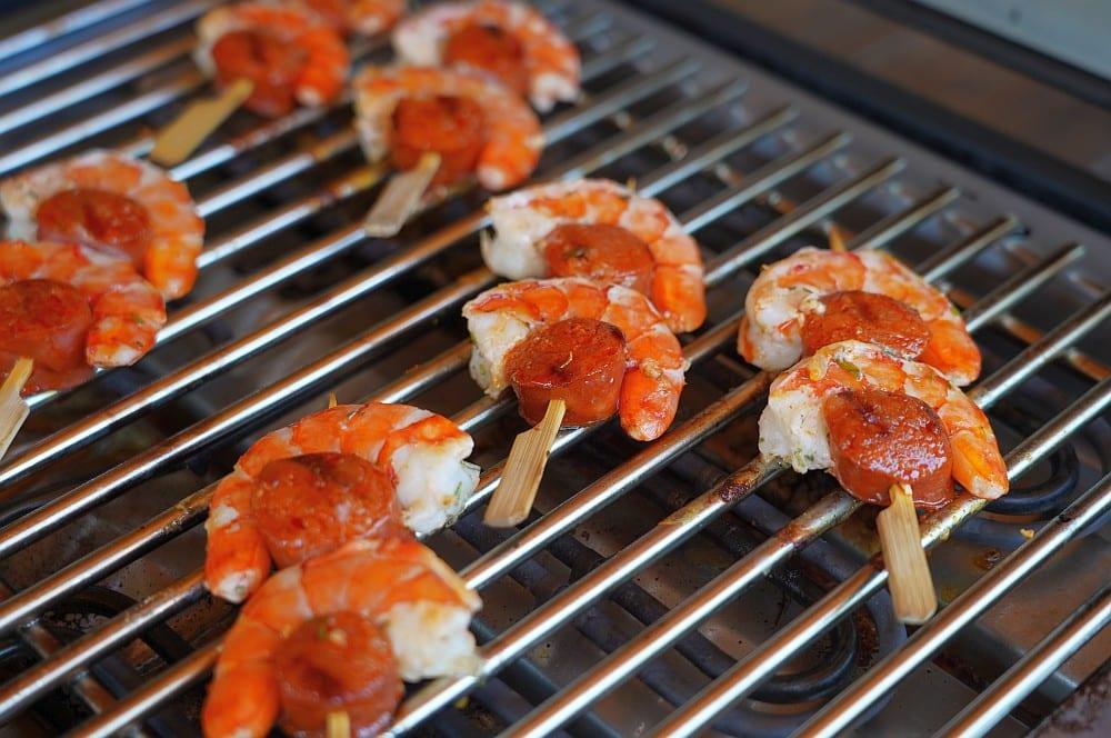 Die Spieße werden 3-4 Minuten je Seite gegrillt chorizo garnelen-Chorizo Garnelen Tapas 05-Chorizo Garnelen – ideales Tapas & Fingerfood Rezept