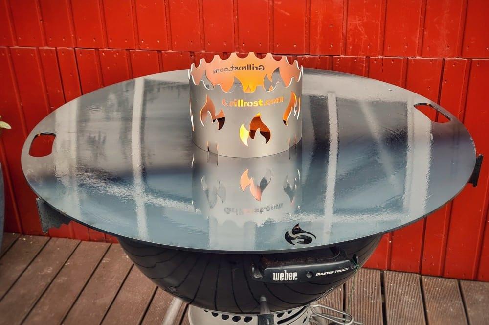 Die Feuerplatte für Kugelgrills wird eingebrannt feuerplatte für kugelgrills-Feuerplatte Kugelgrill 80cm Grillrost 04-Feuerplatte für Kugelgrills von Grillrost.com im Test
