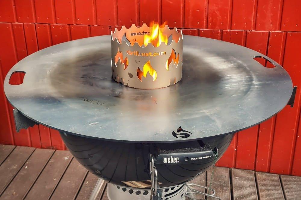 Beim Einbrennen bildet sich nach und nach eine Patina auf der Feuerplatte feuerplatte für kugelgrills-Feuerplatte Kugelgrill 80cm Grillrost 07-Feuerplatte für Kugelgrills von Grillrost.com im Test