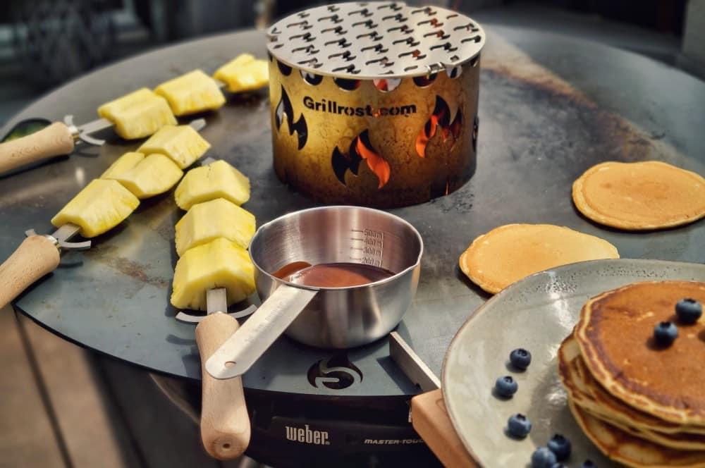 Auch Pancakes und Obstspieße gelingen problemlos feuerplatte für kugelgrills-Feuerplatte Kugelgrill 80cm Grillrost 11-Feuerplatte für Kugelgrills von Grillrost.com im Test