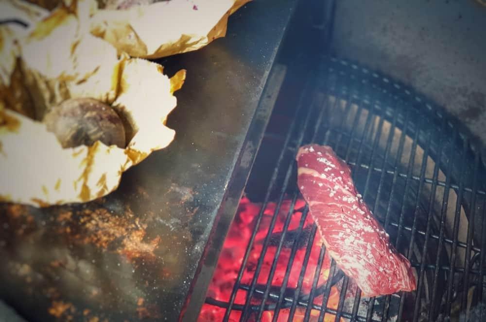 Das Onglet wird kurz und heiß gegrillt onglet auf rote-beete-carpaccio-Onglet rote Beete Carpaccio 04-Onglet auf Rote-Beete-Carpaccio