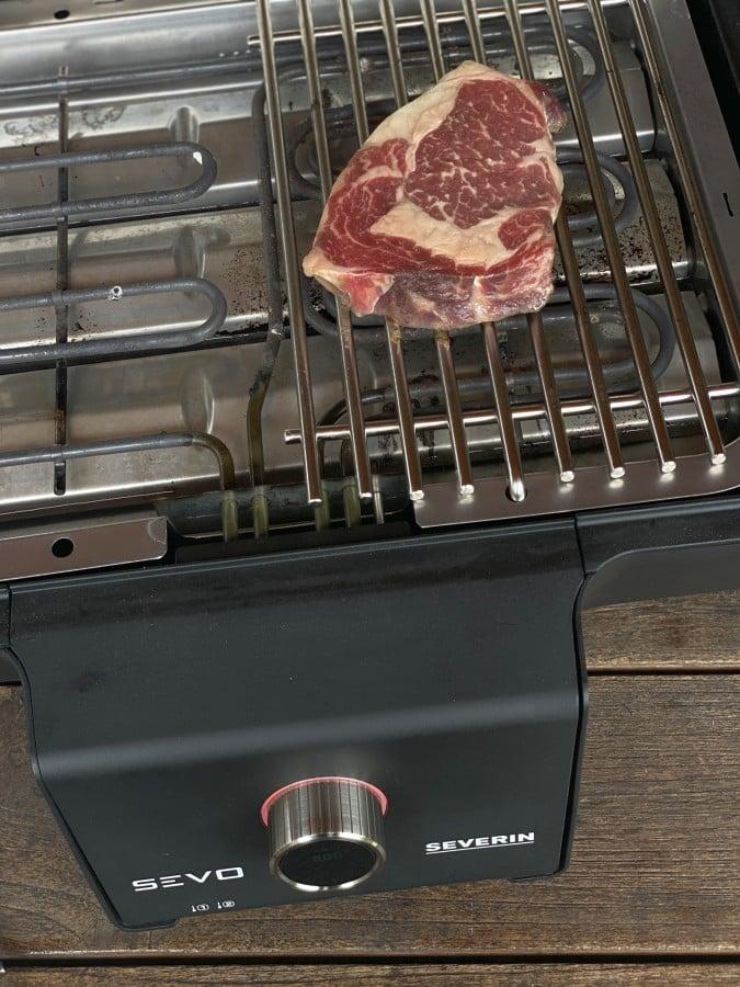 Das Steak wird auf dem SEVO GTS bei 500°C angegrillt entrecôte café de paris-Entrecote Cafe de Paris 02-Entrecôte Café de Paris