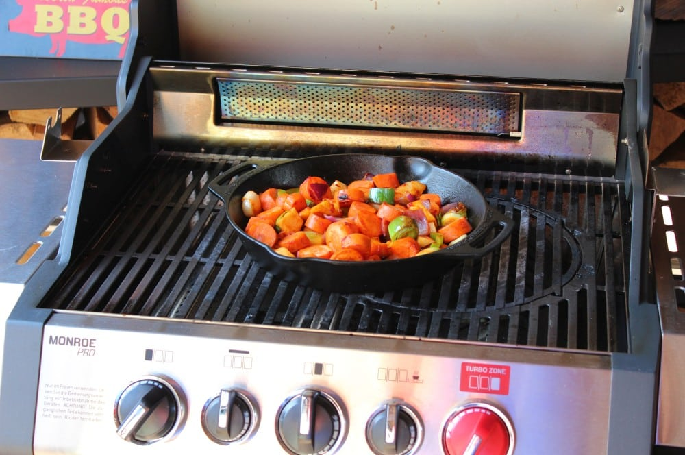 Das Gemüse wird in einer Pfanne angeröstet schäufele-Schaeufele vom Drehspiess 03-Schäufele vom Drehspieß – Rezept für fränkisches Schäufele