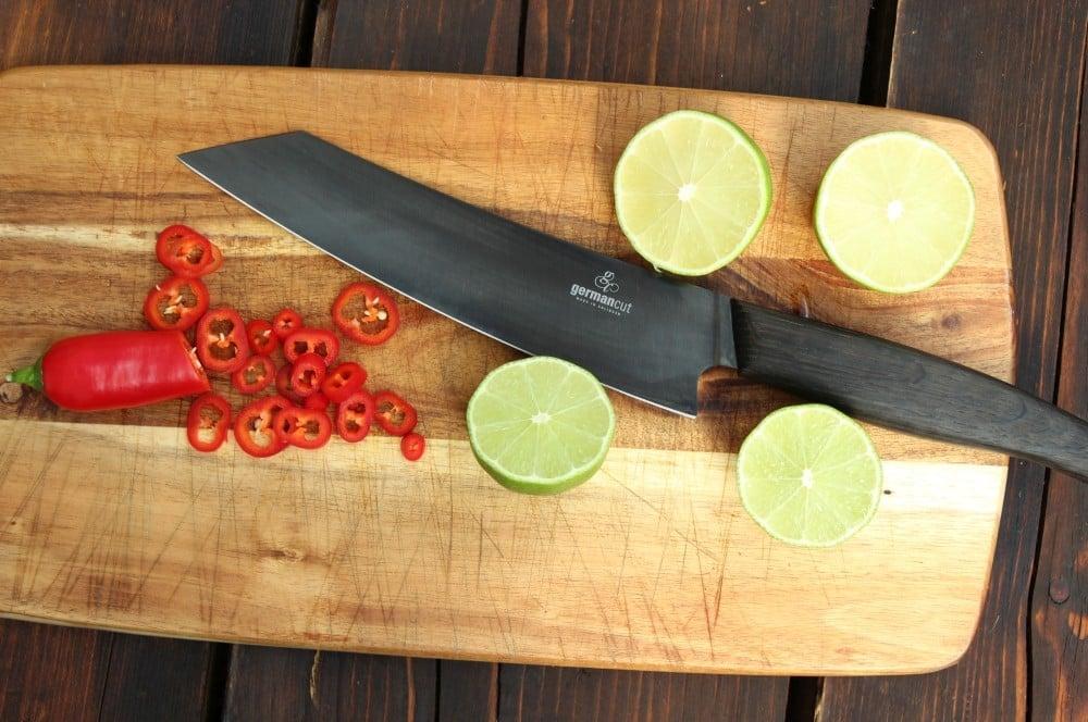 Die Chili-Schote wird in feine Ringe geschnitten caipirinha-lachs-Caipirinha Lachs 02-Caipirinha-Lachs von der Holzplanke