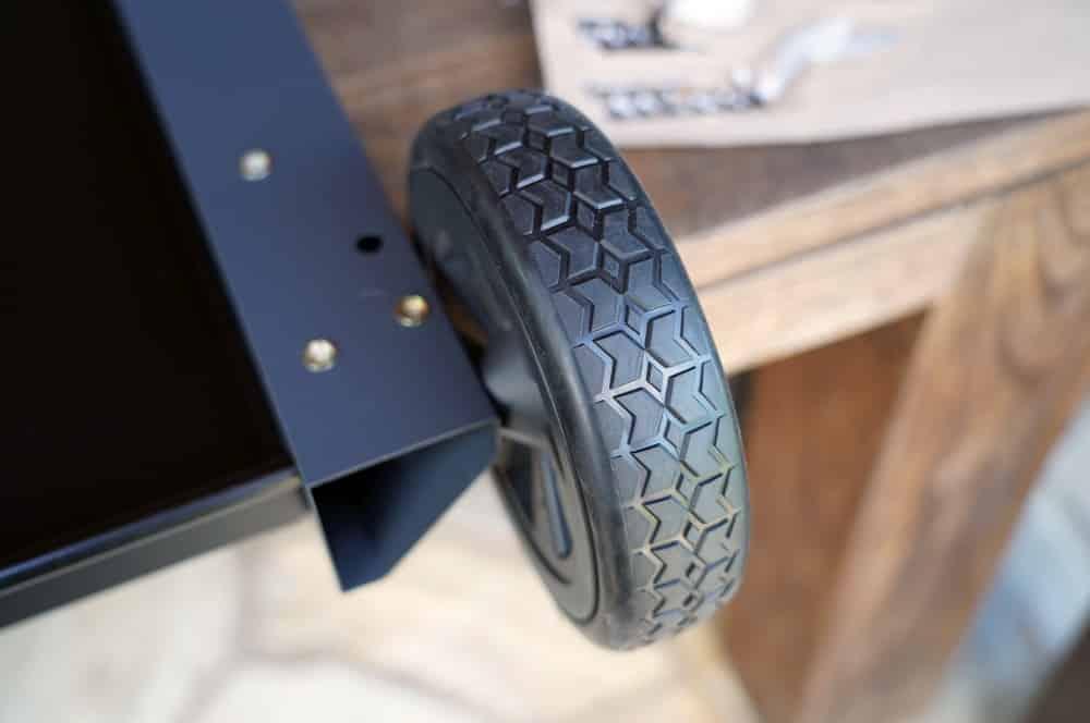 Positiv: Große Räder mit gummierter Lauffläche tenneker carbon-Tenneker Carbon Gasgrill 3 Brenner Test 04-Tenneker Carbon 3-Brenner Gasgrill im Test
