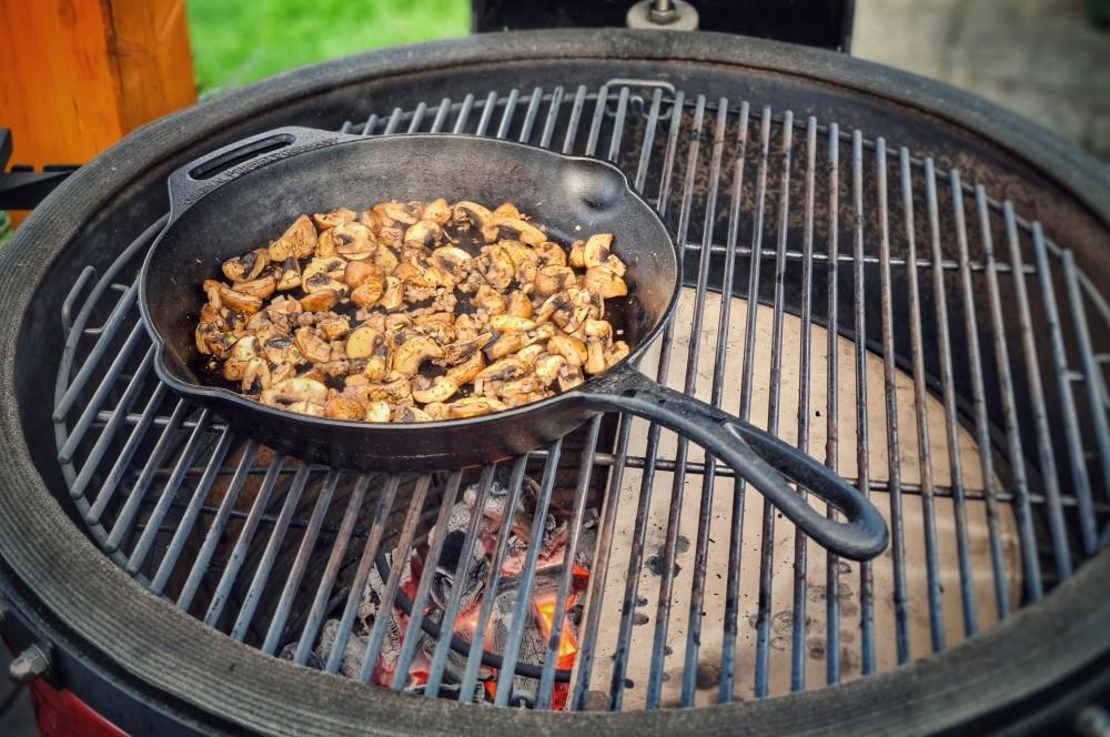 Die Champignons werden angebraten filet wellington-Filet Wellington 02-Filet Wellington – Rinderfilet in Blätterteig