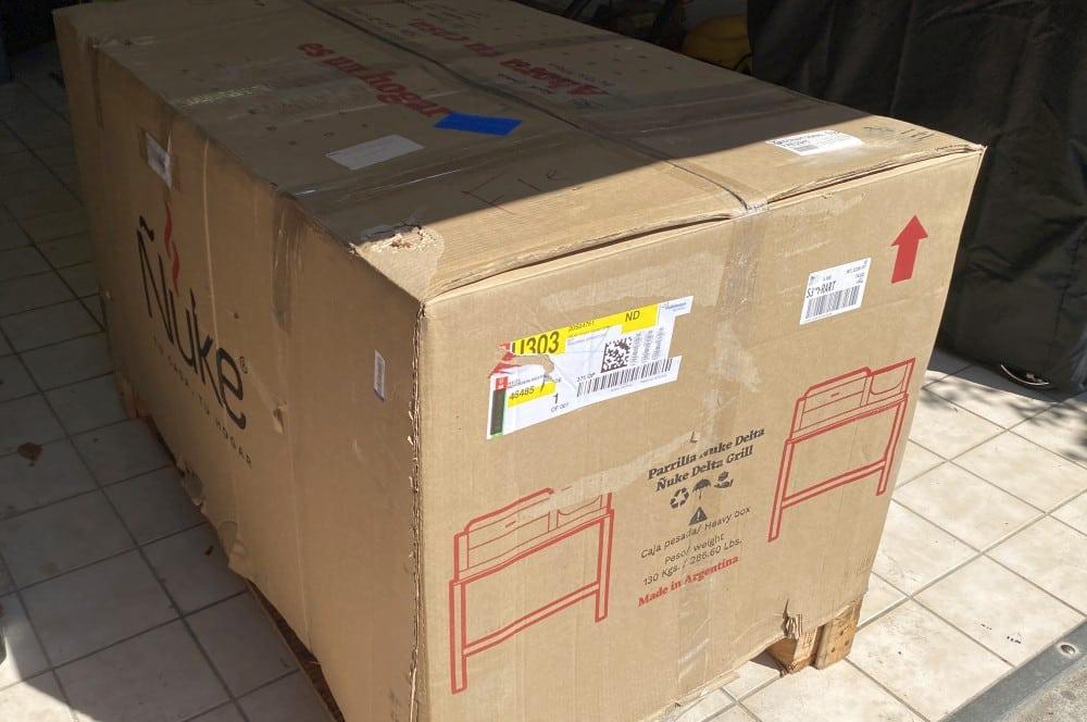 So wird der Ñuke Delta geliefert Ñuke delta-Nuke Delta Test Argentinischer Grill 01-Ñuke Delta – Argentinischer Holzkohlegrill im Test