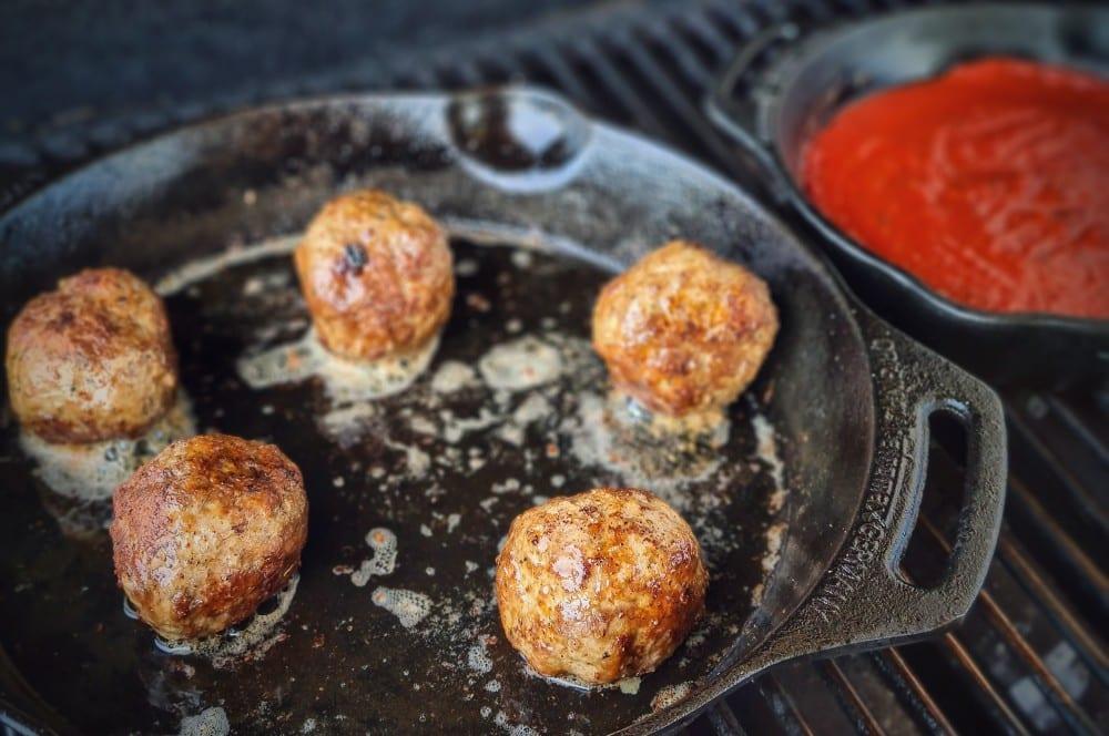Die Hackbällchen werden in einer Pfanne gebraten italian meatball sandwich-Italian Meatball Sandwich 03-Italian Meatball Sandwich