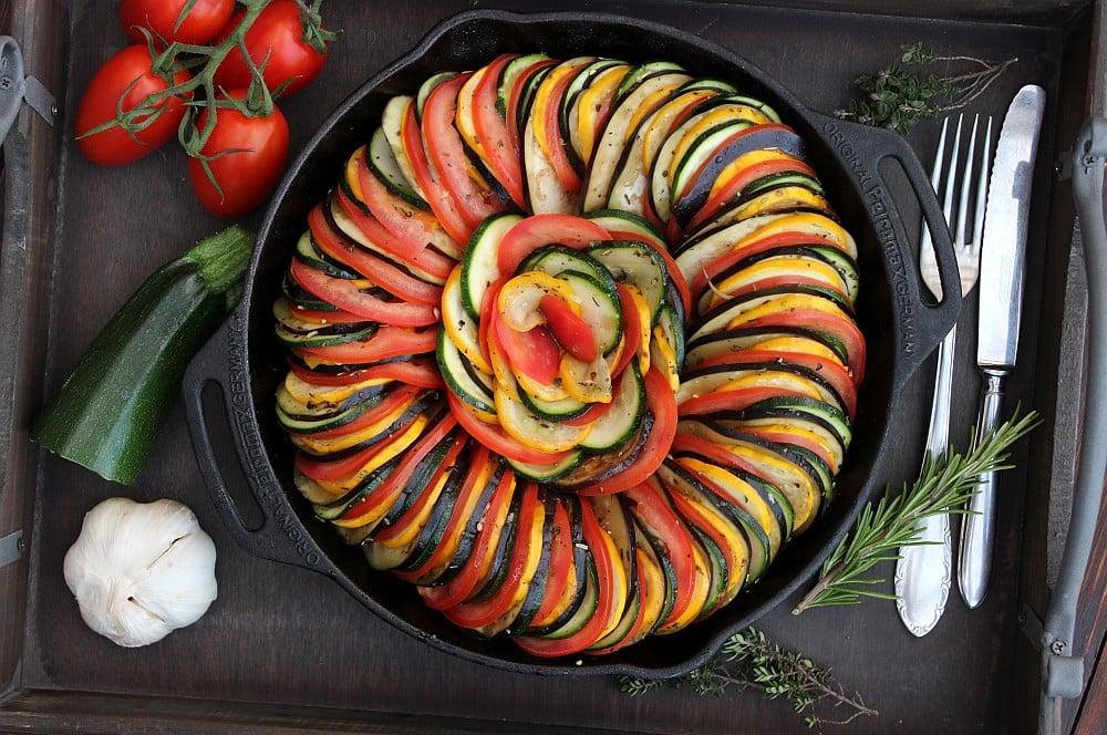 Die Gemüsescheiben werden senkrecht in die Pfanne geschichtet ratatouille-Ratatouille 04-Ratatouille – Geschmorte französische Gemüsepfanne