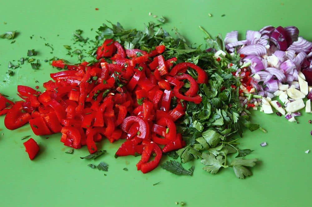Die Zutaten werden kleingeschnitten rotes chimichurri-Rotes Chimichurri Rojo 02-Rotes Chimichurri – Rezept für Chimichurri Rojo