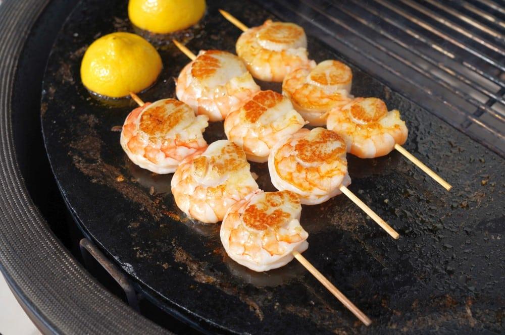 Auch die Zitronen werden gegrillt jakobsmuschel-garnelen-spieße-Jakobsmuschel Garnelen Spiesse 03-Jakobsmuschel-Garnelen-Spieße mit Kräuteröl und gegrillter Zitrone