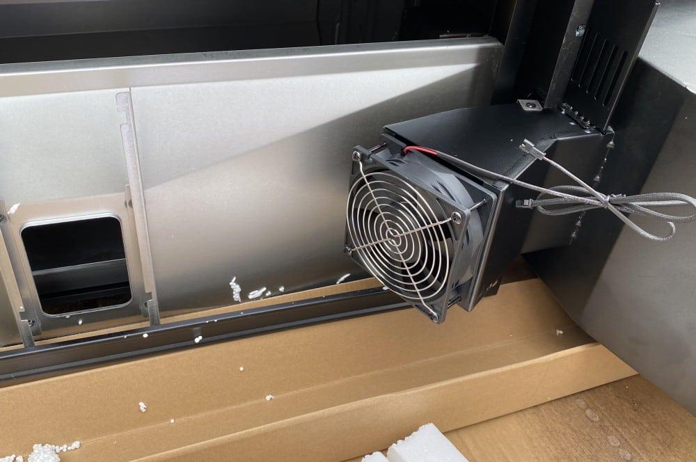 Der Blick unter den Grill zeigt den Lüfter masterbuilt gravity series 560-Masterbuilt Gravity Series 560 Smoker Test 05-Masterbuilt Gravity Series 560 Smoker im Test