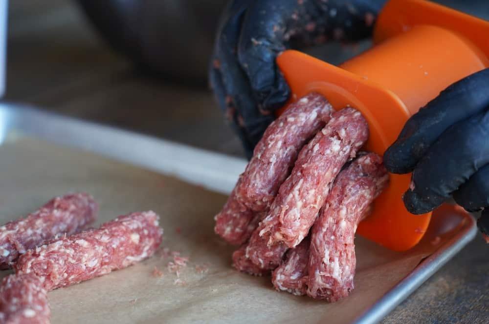 Mit dem Cevapomaker gelingen die Ćevapčići schnell und einfach Ćevapčići-Cevapomaker Cevapcici Presse Test 05-Ćevapčići vom Grill – Rezept für Balkan-Hackfleischröllchen