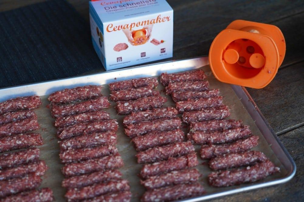 Die Hackröllchen sind bereit für den Grill Ćevapčići-Cevapomaker Cevapcici Presse Test 06-Ćevapčići vom Grill – Rezept für Balkan-Hackfleischröllchen