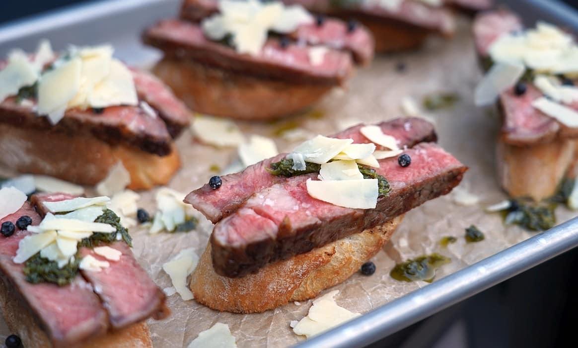 Steak-Crostini steak-crostini-Steak Crostini-Steak-Crostini mit Chimichurri und Cheddar Flakes