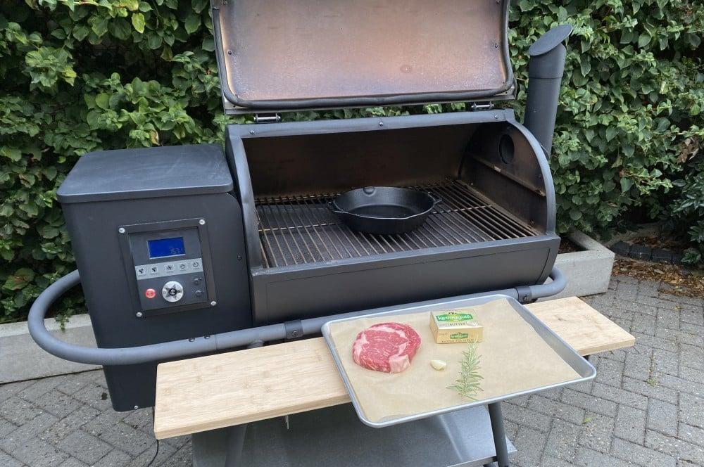 Der Pelletgrill wird auf 310°C aufgeheizt steak-crostini-Steak Crostini 02-Steak-Crostini mit Chimichurri und Cheddar Flakes