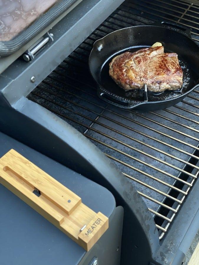 Die Kerntemperatur wird mit dem MEATER überwacht steak-crostini-Steak Crostini 04-Steak-Crostini mit Chimichurri und Cheddar Flakes