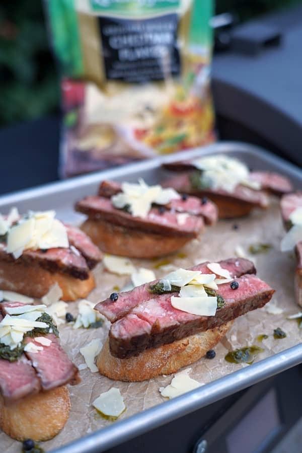 Die Steak-Crostini werden serviert steak-crostini-Steak Crostini 05-Steak-Crostini mit Chimichurri und Cheddar Flakes steak-crostini-Steak Crostini 05-Steak-Crostini mit Chimichurri und Cheddar Flakes