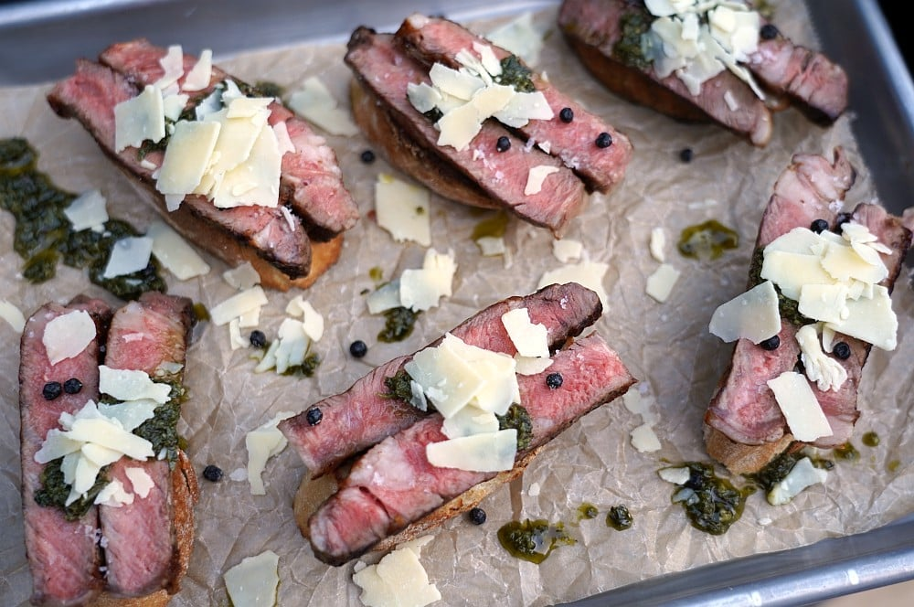 Steak-Crostini mit Cheddar Flakes und Chimichurri steak-crostini-Steak Crostini 06-Steak-Crostini mit Chimichurri und Cheddar Flakes