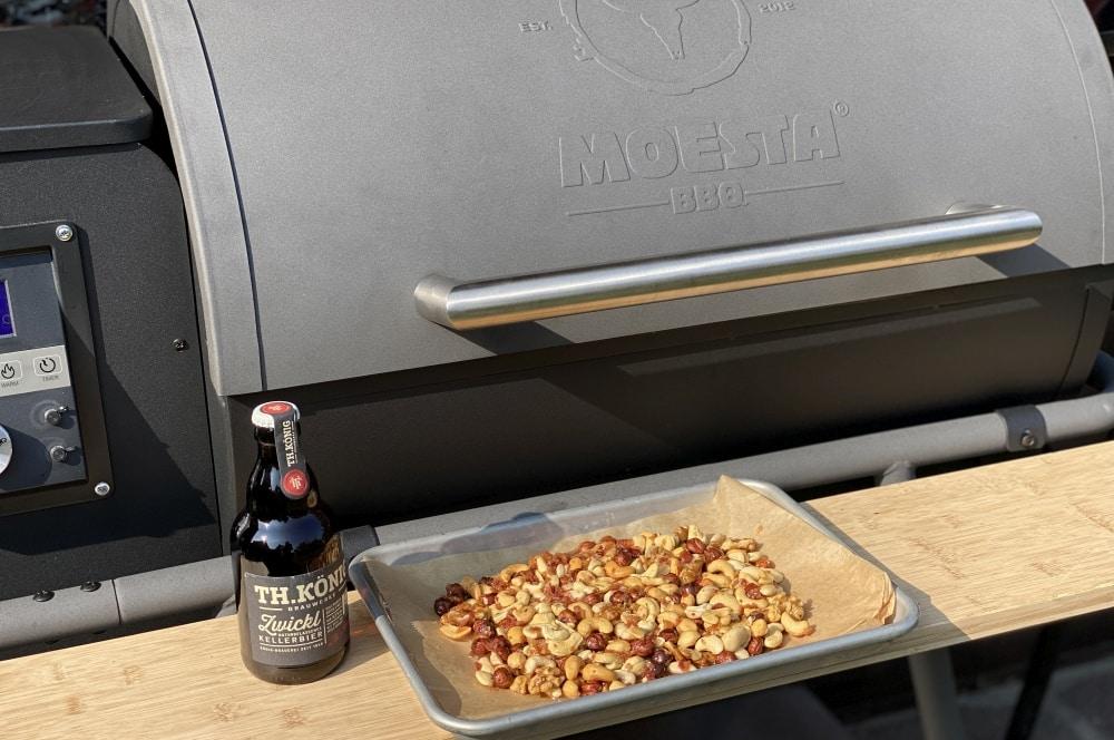 Die Nüsse werden im Moesta-BBQ Sheriff Pelletgrill karamellisiert karamellisierte nüsse-Karamellisierte Bier Nuesse 03-Karamellisierte Nüsse mit Bier & Bacon