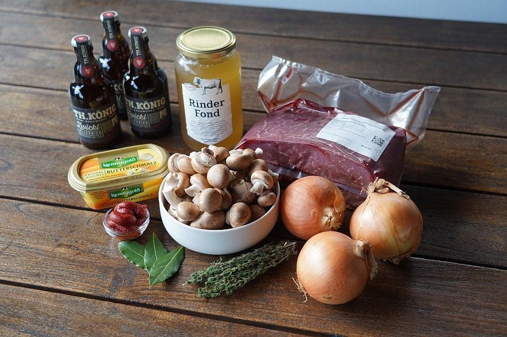 Alle Zutaten für das Biergulasch auf einen Blick biergulasch-Biergulasch Dutch Oven 01-Biergulasch aus dem Dutch Oven