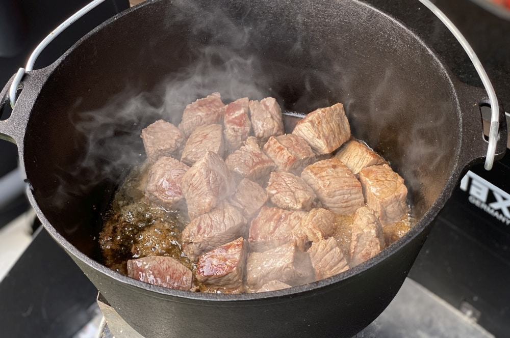 Das Rindergulasch wird im Dutch Oven angebraten biergulasch-Biergulasch Dutch Oven 02-Biergulasch aus dem Dutch Oven