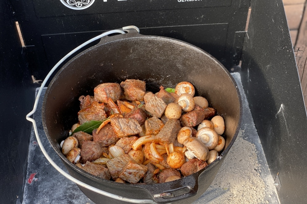 Alle Zutaten werden im Dutch Oven vermischt biergulasch-Biergulasch Dutch Oven 04-Biergulasch aus dem Dutch Oven