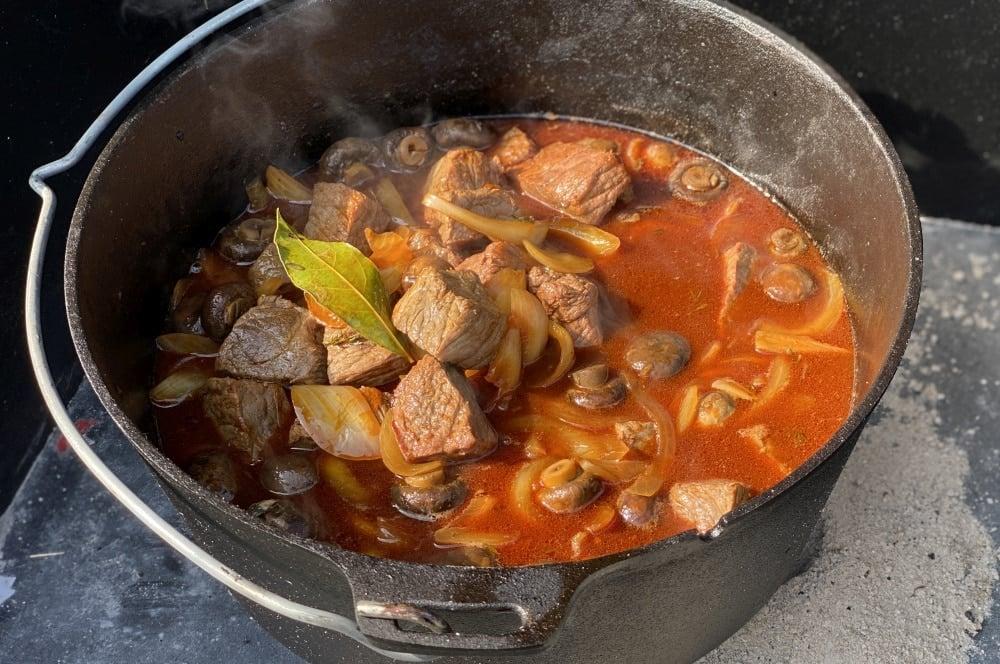 Das Biergulasch muss regelmäßig umgerührt werden biergulasch-Biergulasch Dutch Oven 06-Biergulasch aus dem Dutch Oven