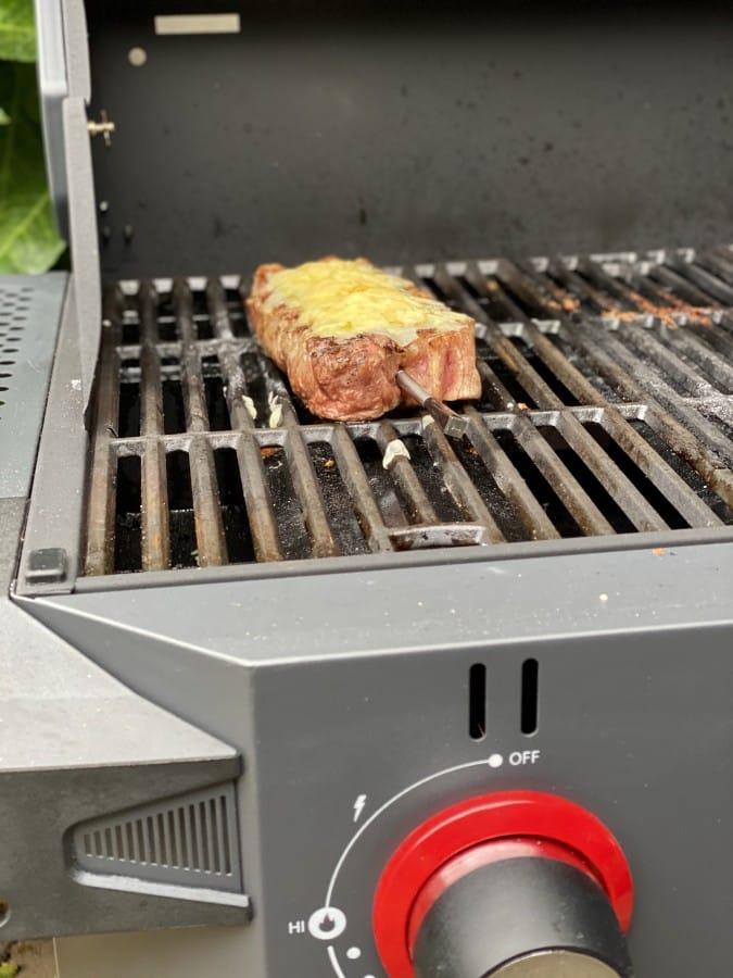 Das Steak wird mit Cheddar Flakes überbacken Überbackenes käse-kräuter-steak-Kaese Kraeuter Steak 04-Überbackenes Käse-Kräuter-Steak