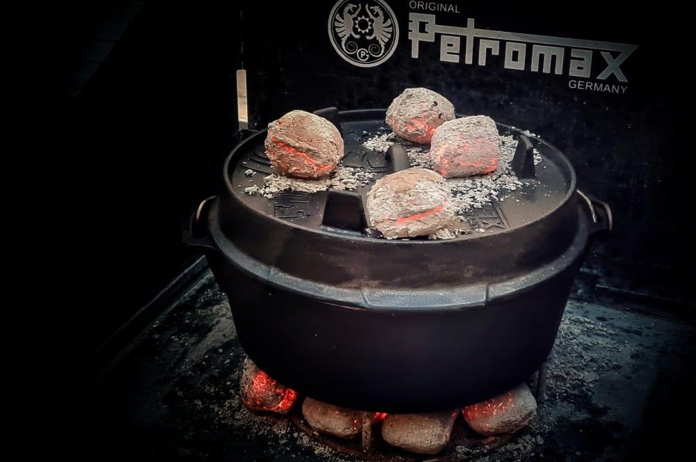 Der Kürbis wird im Dutch Oven weichgekocht chorizo-kürbissuppe-Kuerbissuppe Dutch Oven 03-Chorizo-Kürbissuppe aus dem Dutch Oven