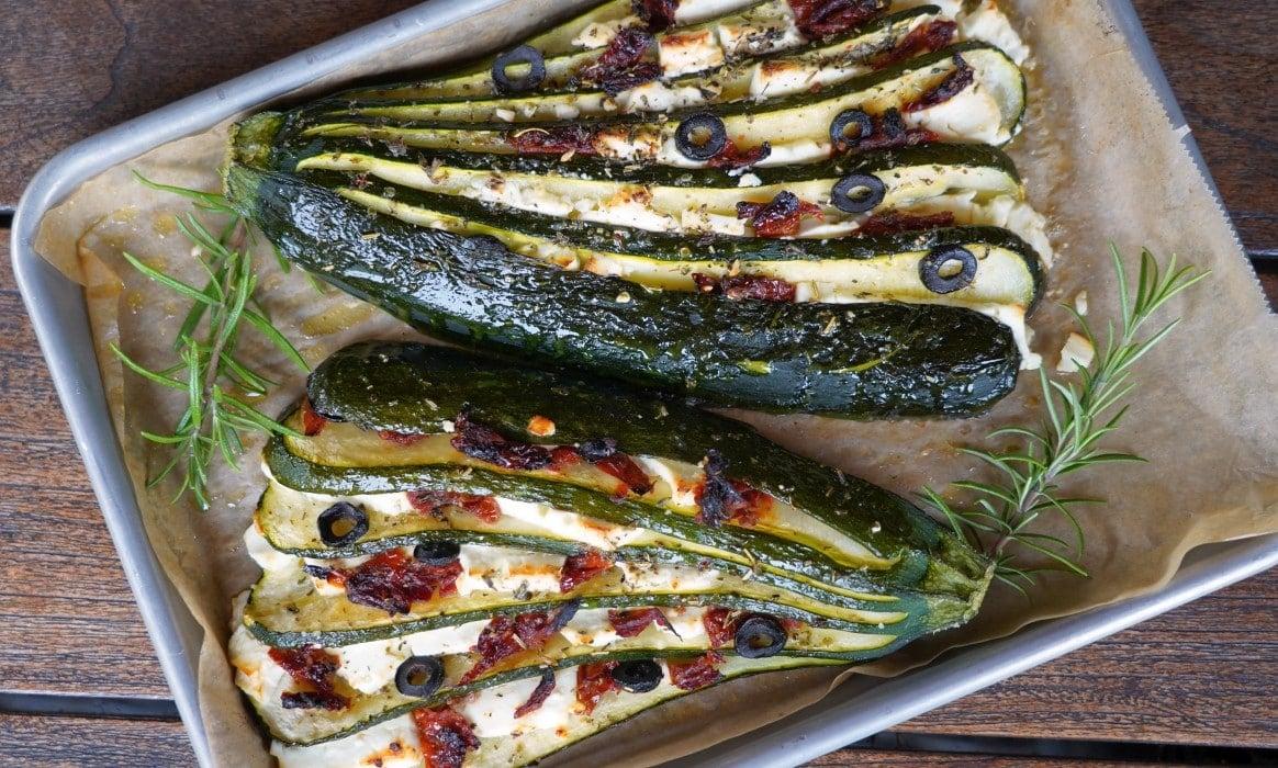Fächerzucchini zucchinifächer-Zucchinifaecher mediterran Feta Tomate Olive-Zucchinifächer mit Feta, Oliven und getrockneten Tomaten