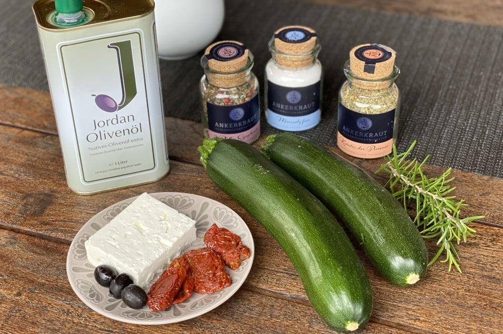 Alle Zutaten für die Zucchinifächer auf einen Blick zucchinifächer-Zucchinifaecher mediterran Feta Tomate Olive 01-Zucchinifächer mit Feta, Oliven und getrockneten Tomaten