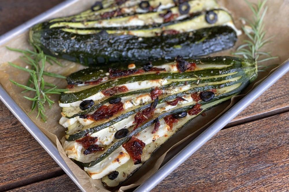 Zucchinifächer mit Feta, getrockneten Tomaten und Oliven zucchinifächer-Zucchinifaecher mediterran Feta Tomate Olive 04-Zucchinifächer mit Feta, Oliven und getrockneten Tomaten