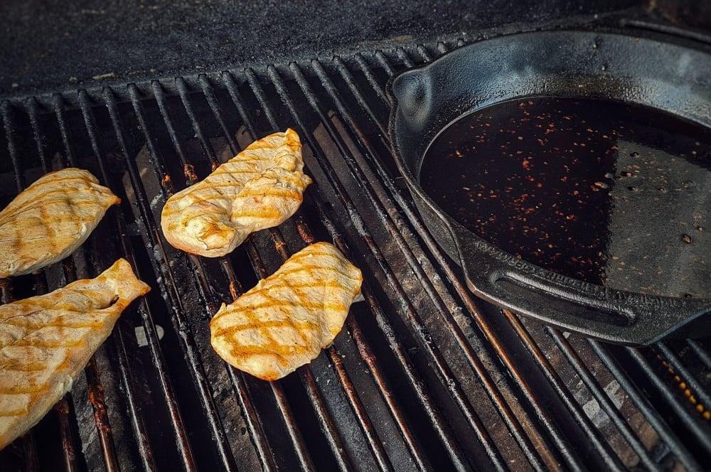 Die Teriyaki Sauce wird auf dem Grill einreduziert teriyaki sauce-Teriyaki Sauce selber machen Rezept 02-Teriyaki Sauce selber machen – einfaches & schnelles Rezept