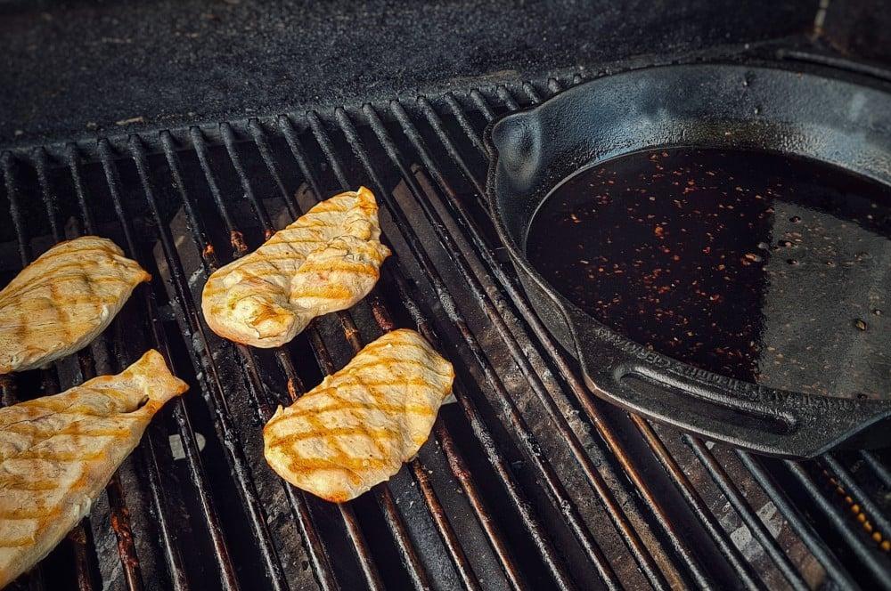 Die Hähnchenbrustfilets werden gegrillt chicken teriyaki sandwich-Chicken Teriyaki Sandwich 03-Chicken Teriyaki Sandwich