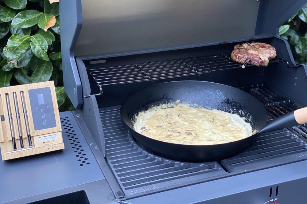 Während das Steak gar zieht, köchelt die Sauce im Wok pasta mit pilzen-Pasta mit Pilzen RibEye Steak 06-Pasta mit Pilzen und RibEye-Steak