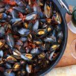 Miesmuscheln aus dem Dutch Ovenn miesmuscheln zubereiten-Muscheln zubereiten Miesmuscheln Dutch Oven 150x150-Miesmuscheln zubereiten – Muscheln mit Tomaten-Knoblauch-Sauce